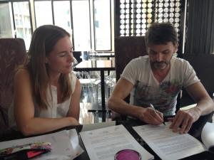 Fernando Tejero firma de contrato -De púrpura y escarlata-